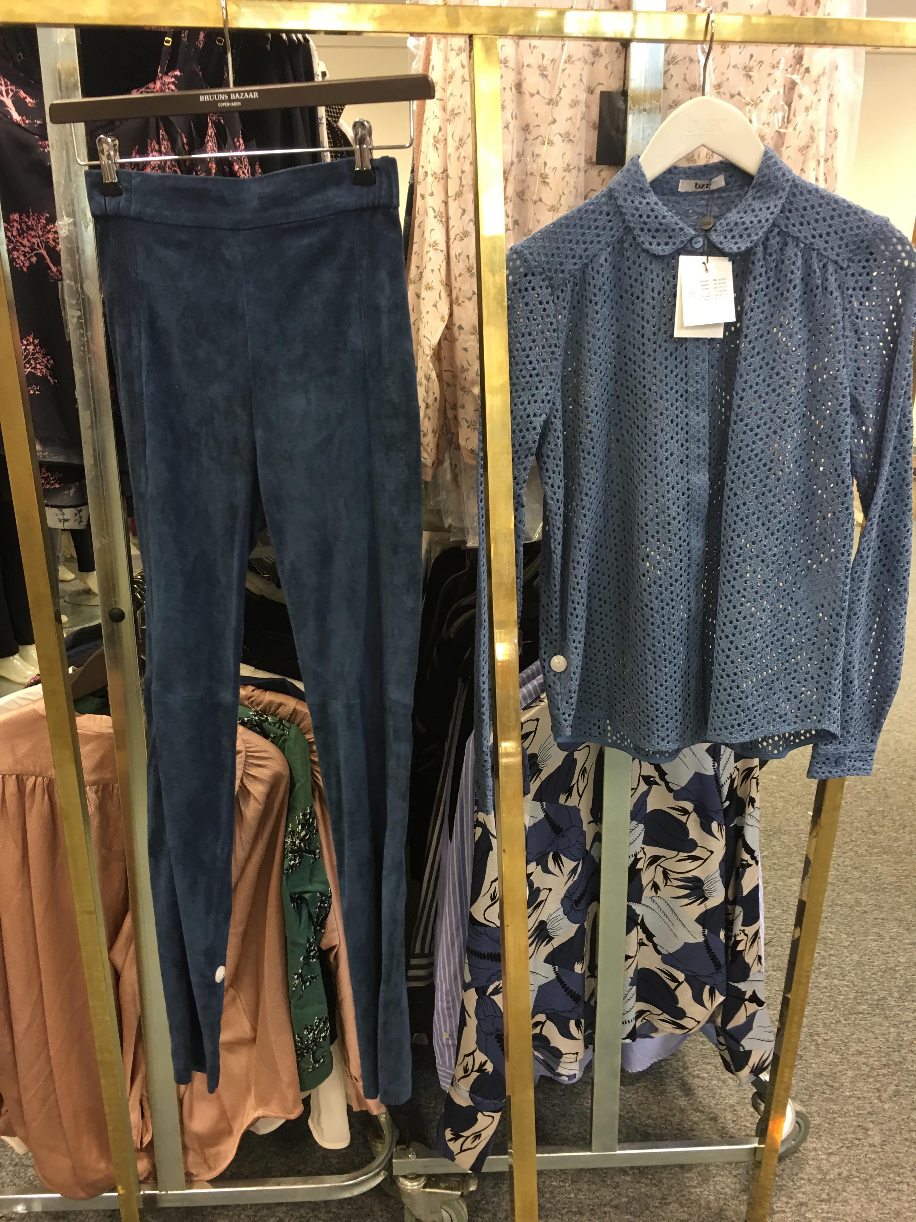 Det her sæt, er jeg også helt vild med, de blå ruskinds leggings, sidder perfekt og den blå blond skjorte, gør at det ikke kommer til at se så råt ud.