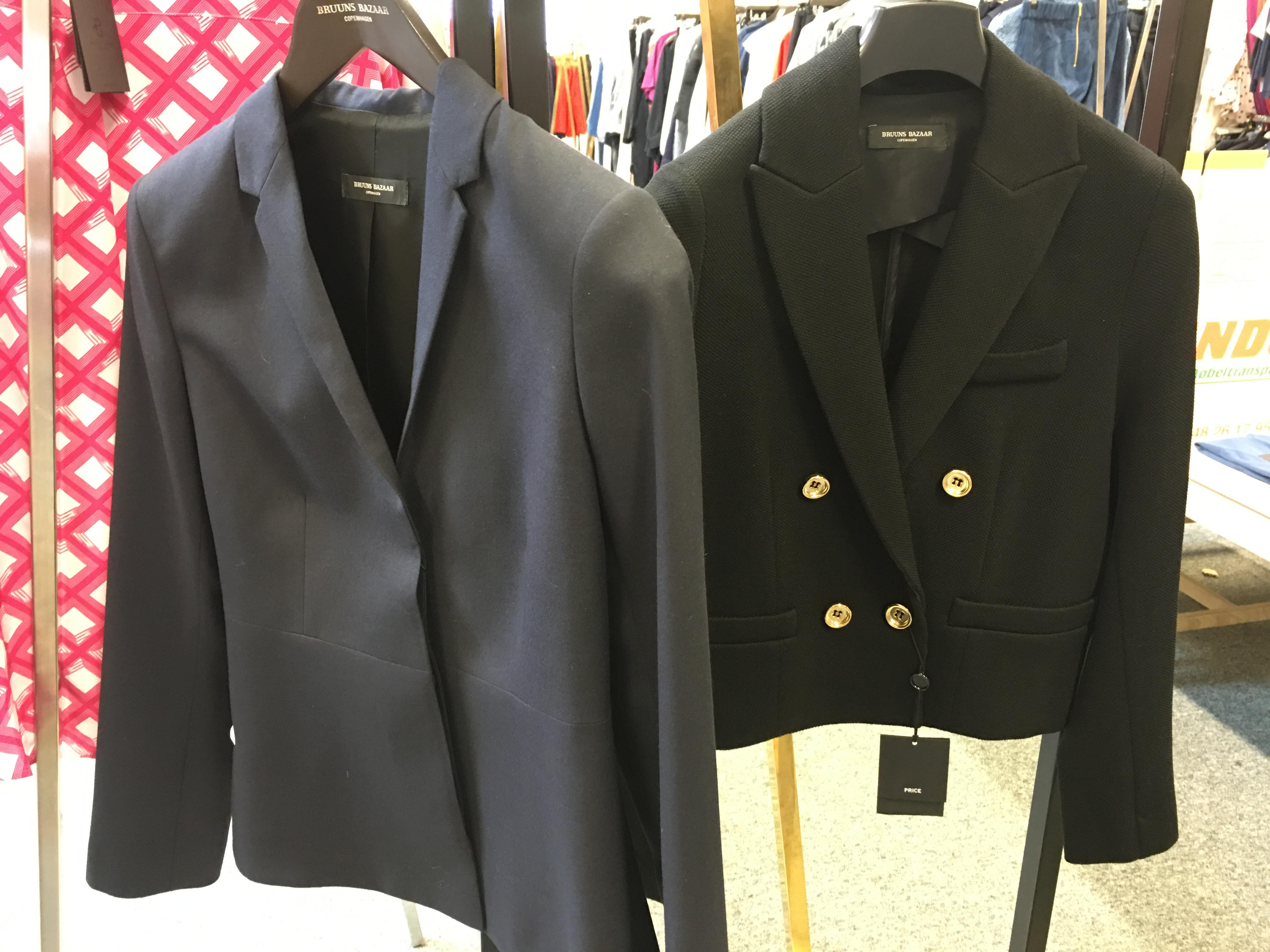 Er helt vild med den sorte jakke til højre, og den sad bare perfekt, og så er den klassisk, og minder lidt om Chanel, så den kunne jeg bruge i mange år, men synes ikke lige budgettet var til at købe den, normal pris 2.600,- så den koster 1.300,-